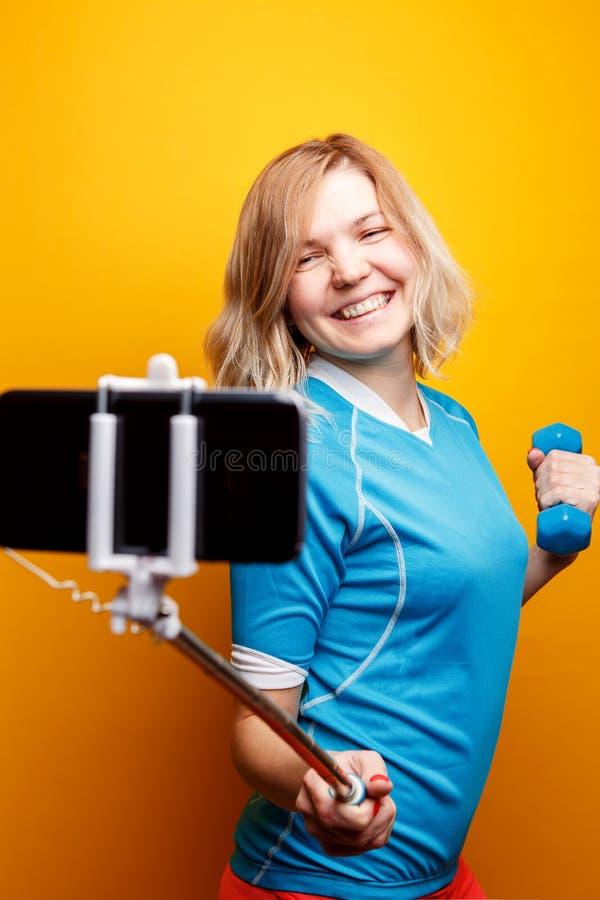 De vrouwenatleet maakt selfie in studio stock afbeelding