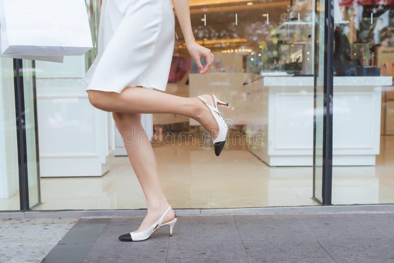 De vrouwenbenen van de manierklant met het winkelen zakken in de straat royalty-vrije stock afbeelding