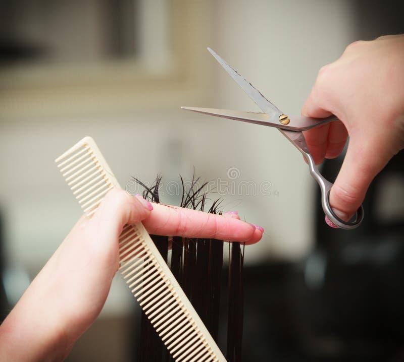 De vrouwencliënt van het herenkapper scherpe haar in de salon van de het kappenschoonheid stock afbeelding