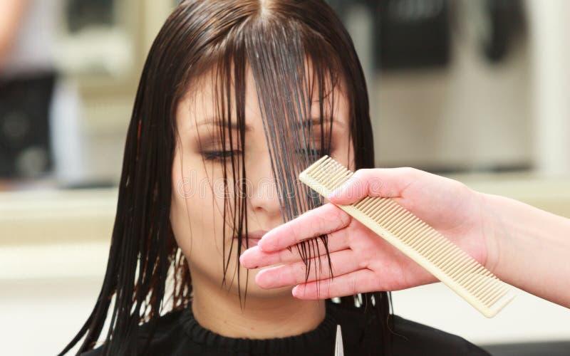 De vrouwencliënt van het herenkapper scherpe haar in de salon van de het kappenschoonheid royalty-vrije stock foto's
