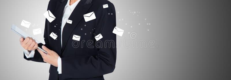 De vrouwencontrole van de handholding en het verzenden van bericht met e-mail stock foto