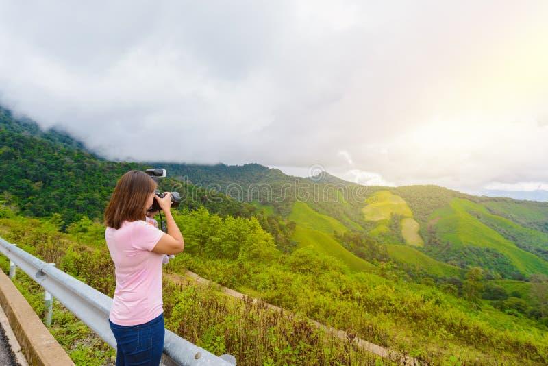 De vrouwenfotografen schieten landschappen royalty-vrije stock foto's