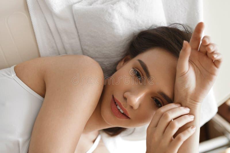 De vrouwengezicht van de schoonheid Mooi Meisje met Gezonde Verse Huid stock foto's