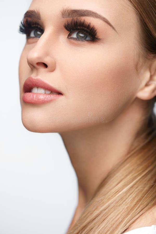 De vrouwengezicht van de schoonheid Mooi Wijfje met Make-up, Lange Wimpers royalty-vrije stock afbeeldingen