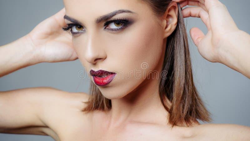 De vrouwengezicht van de schoonheid Kapsel het stileren Manier, schoonheid, schoonheidsmiddelen Perfecte make-up, vlotte huid Rec stock foto's