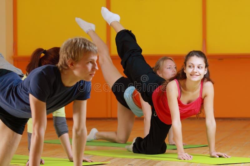 De vrouwenglimlachen van de aerobics stock foto's