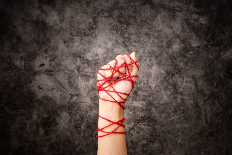 De vrouwenhand bond met kabel, het idee van vrijheidsuitdrukking op donkere grungeachtergrond in rustig Internationale Rechten va stock fotografie