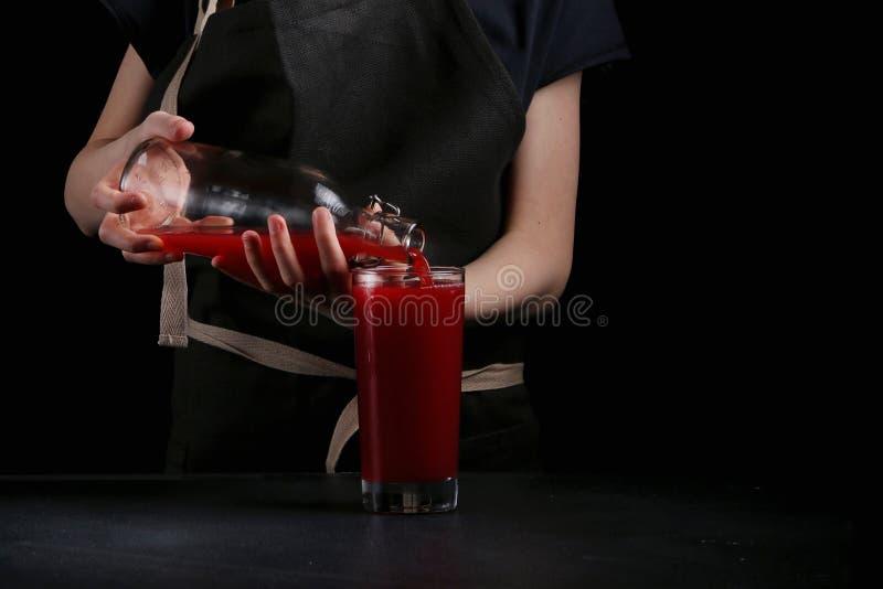 De vrouwenhand maakt cocktail dichte omhooggaand De drank van de zomer stock foto