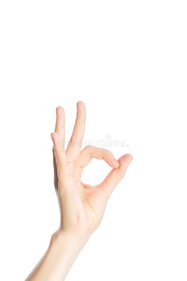 De vrouwenhand toont o.k. gebaar op een witte geïsoleerde achtergrond royalty-vrije stock foto