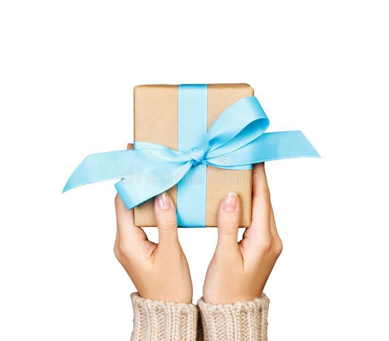 De vrouwenhanden geven verpakte valentijnskaart of andere vakantie met de hand gemaakt heden in document met blauw lint De huidig stock foto