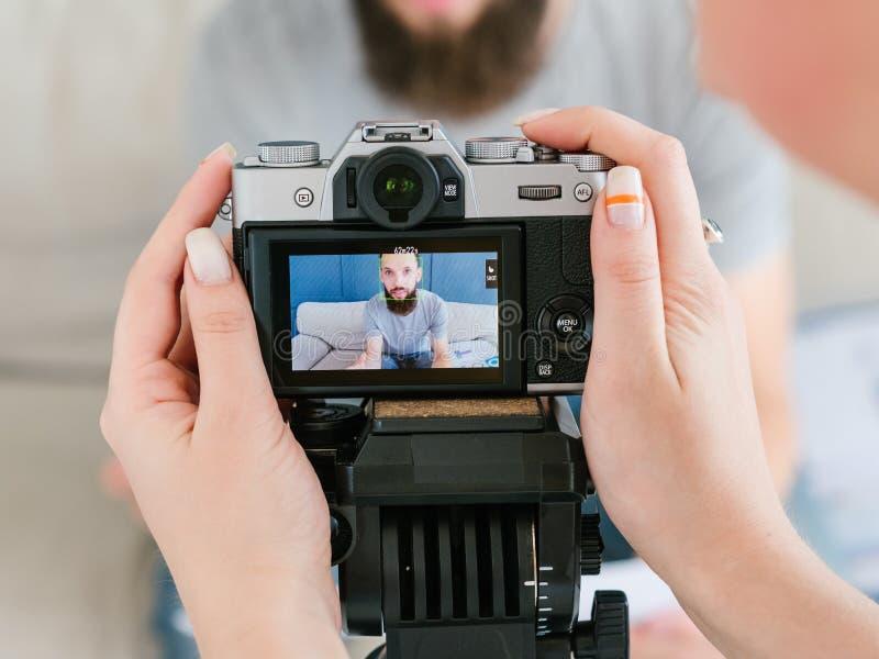 De de vrouwenhanden van de cameramanlevensstijl schieten videoblog royalty-vrije stock afbeeldingen