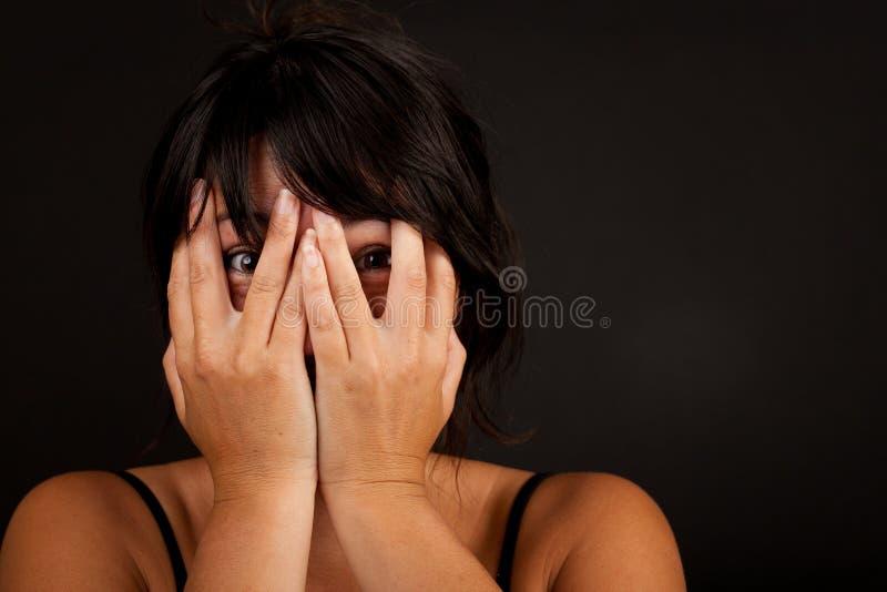 De vrouwenholding dient voorzijde van gezicht in royalty-vrije stock foto's