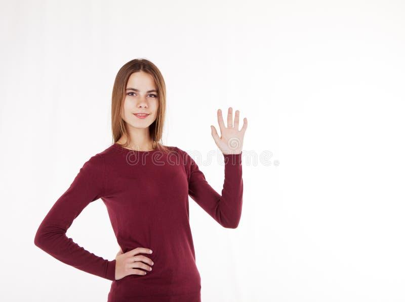 De vrouwenholding in haar overhandigt een denkbeeldige plaat stock foto's