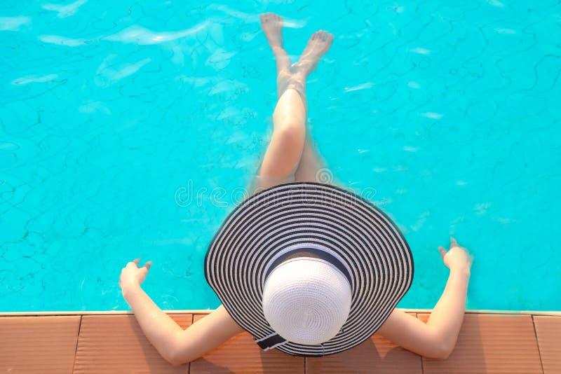 De vrouwenlevensstijl van Azië het ontspannen dichtbij luxe zwembad sunbath, de zomerdag bij de strandtoevlucht stock foto's
