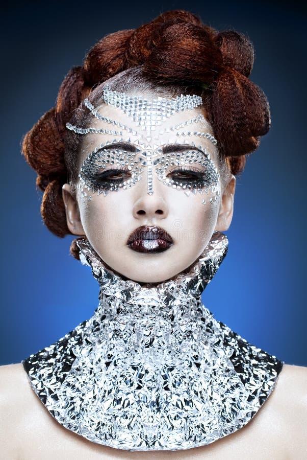 De vrouwenmake-up van de schoonheid met kristallen op gezicht stock foto