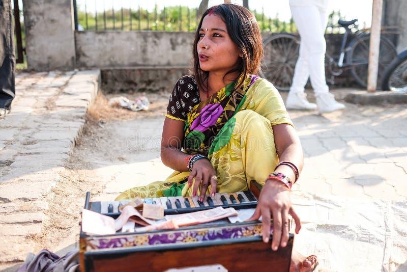 De vrouwenman die de muziek spelen stock foto's