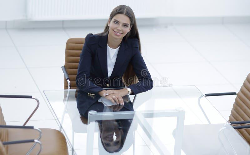 De vrouwenmanager zit bij de lijst royalty-vrije stock fotografie