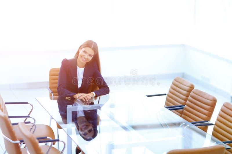 De vrouwenmanager zit bij de lijst royalty-vrije stock foto