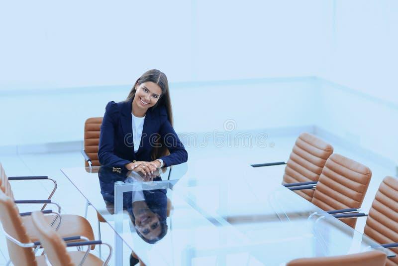 De vrouwenmanager zit bij de lijst stock fotografie
