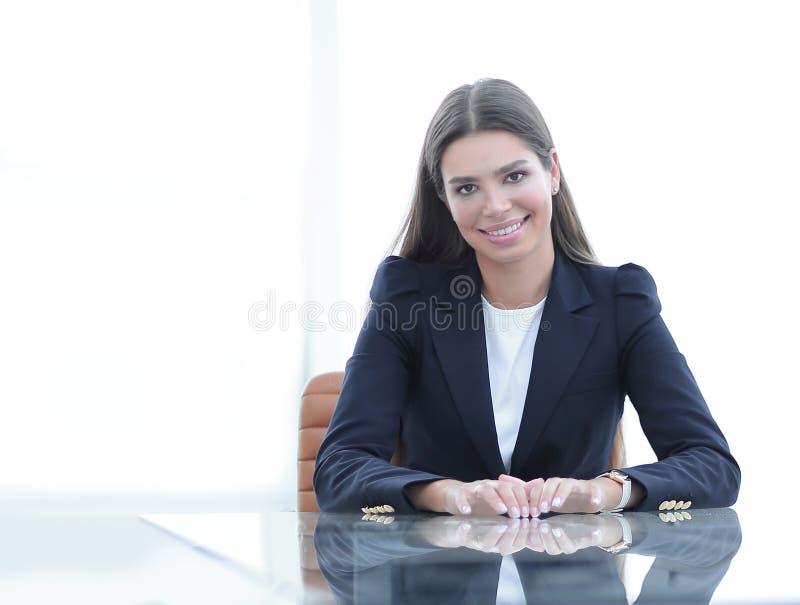 De vrouwenmanager zit bij de lijst royalty-vrije stock afbeelding