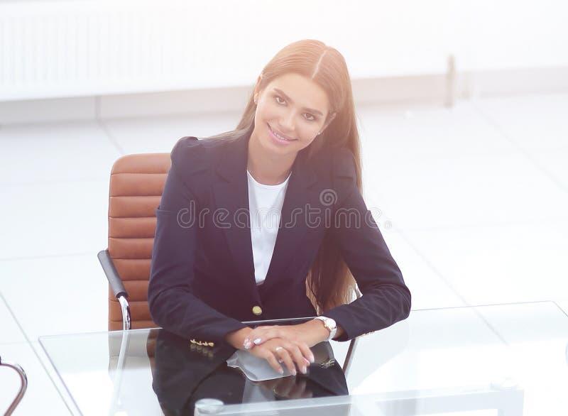 De vrouwenmanager zit bij de lijst stock afbeelding