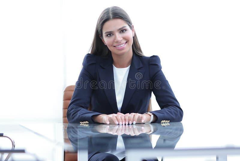 De vrouwenmanager zit bij de lijst stock foto