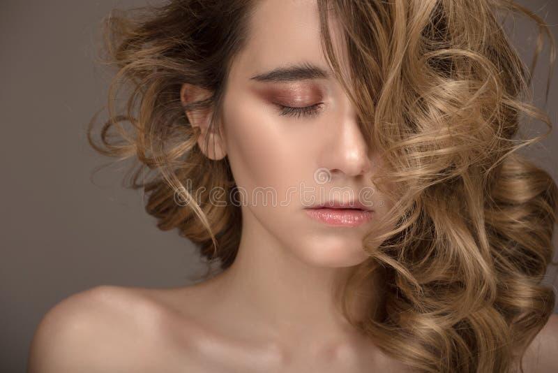 De Vrouwenportret van de close-upmanier Make-up en Kapsel stock fotografie