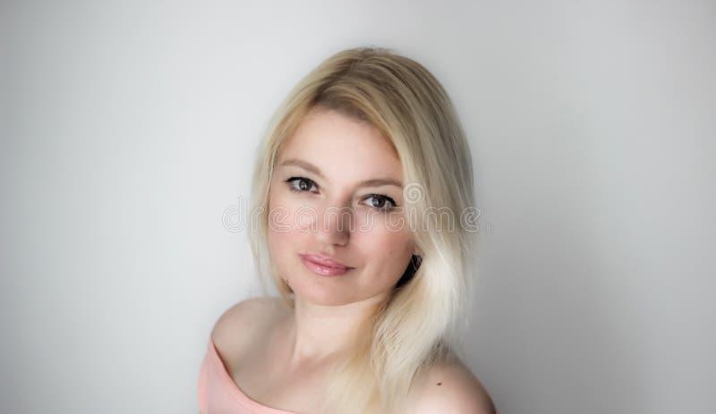 De vrouwenportret van de blonde stock afbeeldingen