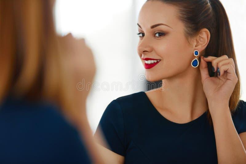 De vrouwenportret van de manier Het mooie Elegante Vrouwelijke Glimlachen Jewelr royalty-vrije stock foto