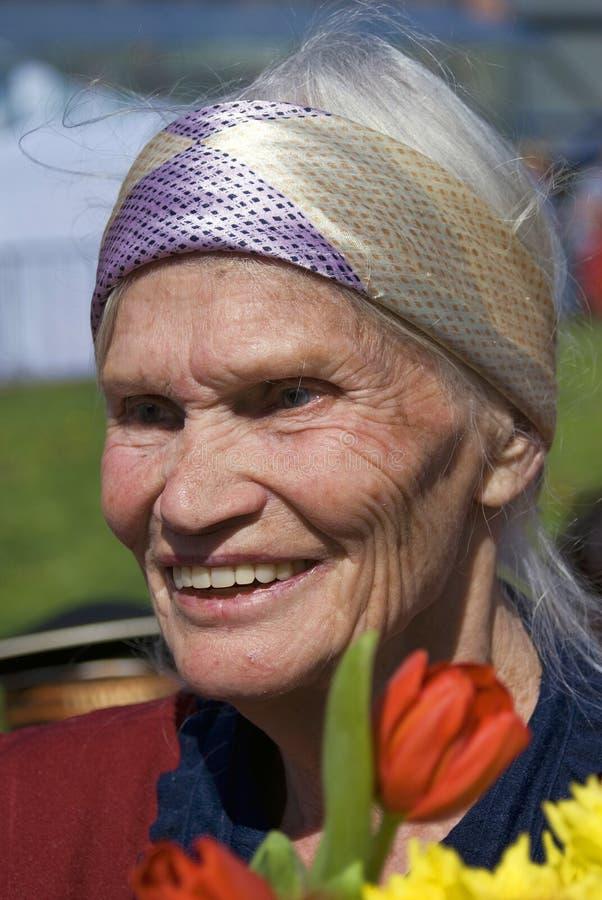De vrouwenportret van de oorlogsveteraan Zij houdt bloemen royalty-vrije stock foto's