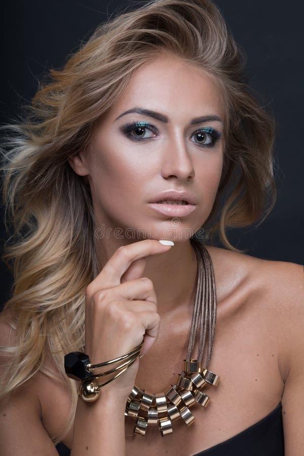 De vrouwenportret van de schoonheids sexy die mannequin, op zwarte achtergrond wordt geïsoleerd royalty-vrije stock fotografie