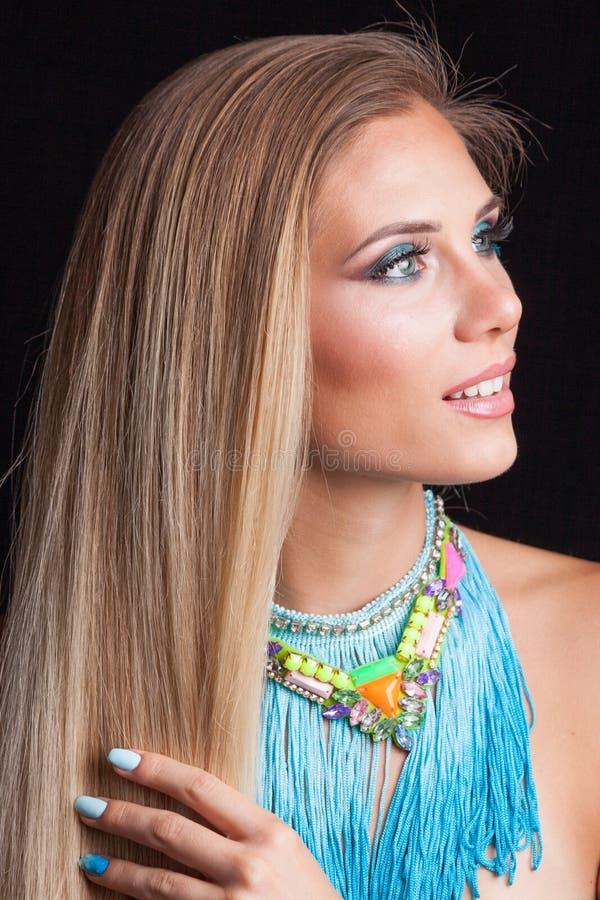 De vrouwenportret van het schoonheids jong blonde met grote blauwe halsband met royalty-vrije stock afbeeldingen