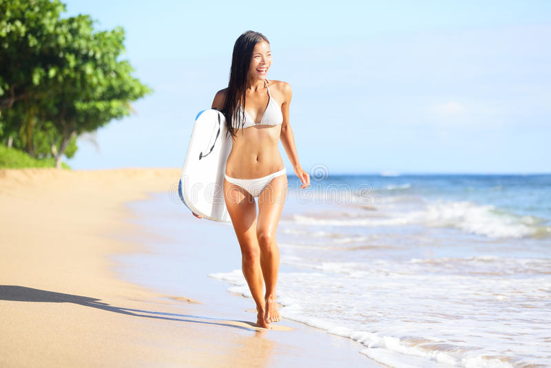 De vrouwenpret van het strand met lichaamssurfplank stock foto's