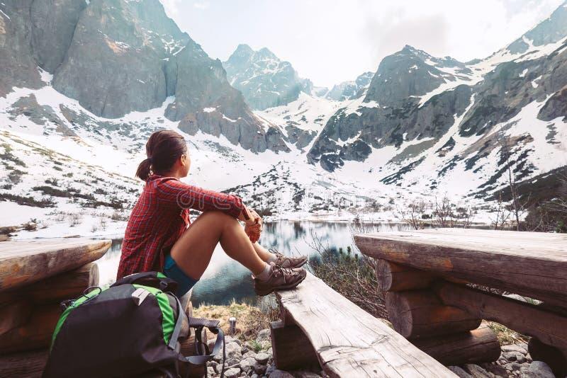 De vrouwenreiziger rust dichtbij bergmeer met mooie mening over s royalty-vrije stock afbeelding