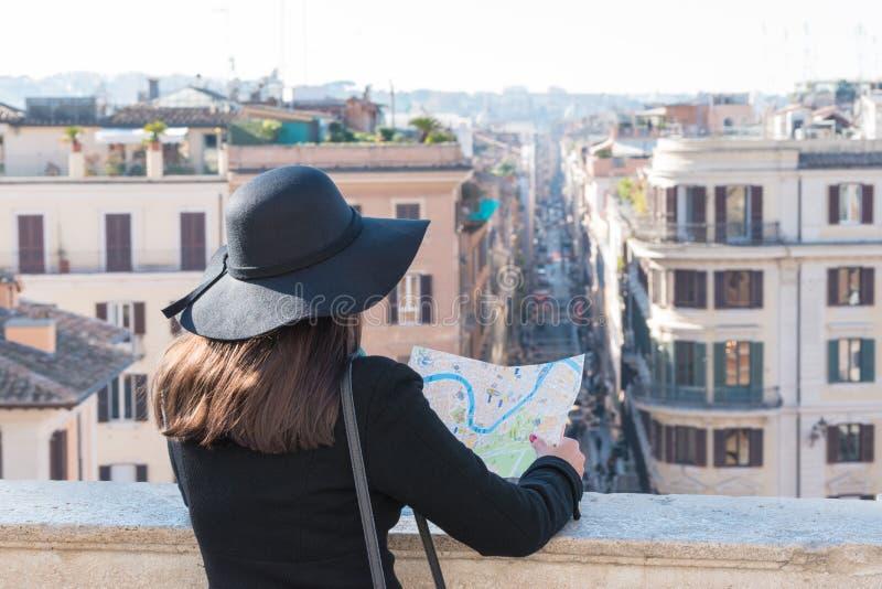 De vrouwentoerist bekijkt de kaart op de straat royalty-vrije stock foto