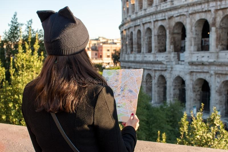 De vrouwentoerist bekijkt de kaart op de straat royalty-vrije stock foto's