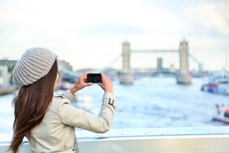 De vrouwentoerist die van Londen foto op Torenbrug nemen stock foto