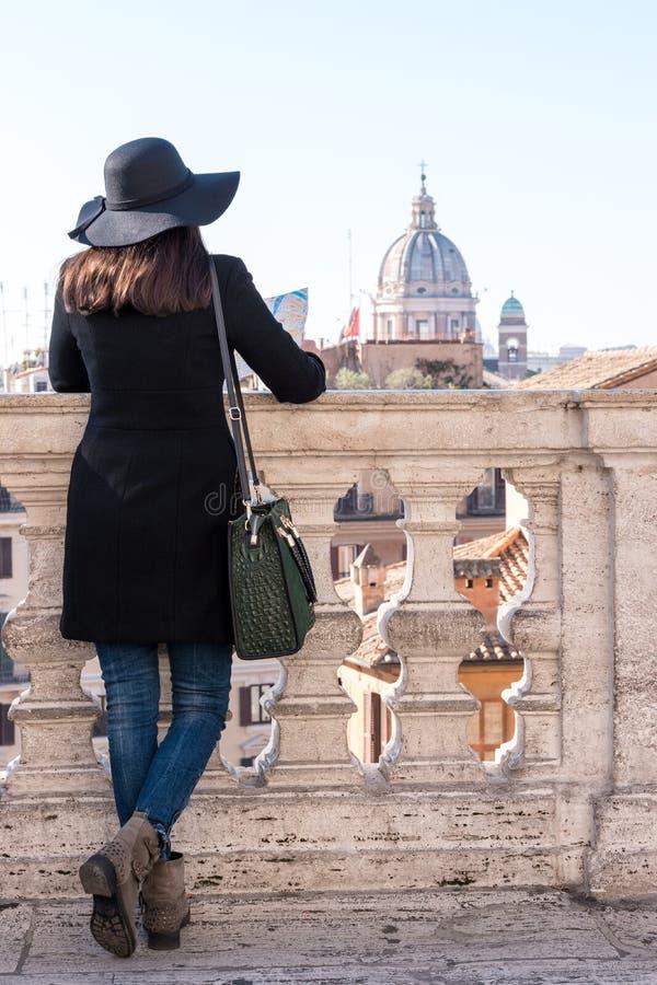 De vrouwentoerist kijkt op stad Rome stock foto's
