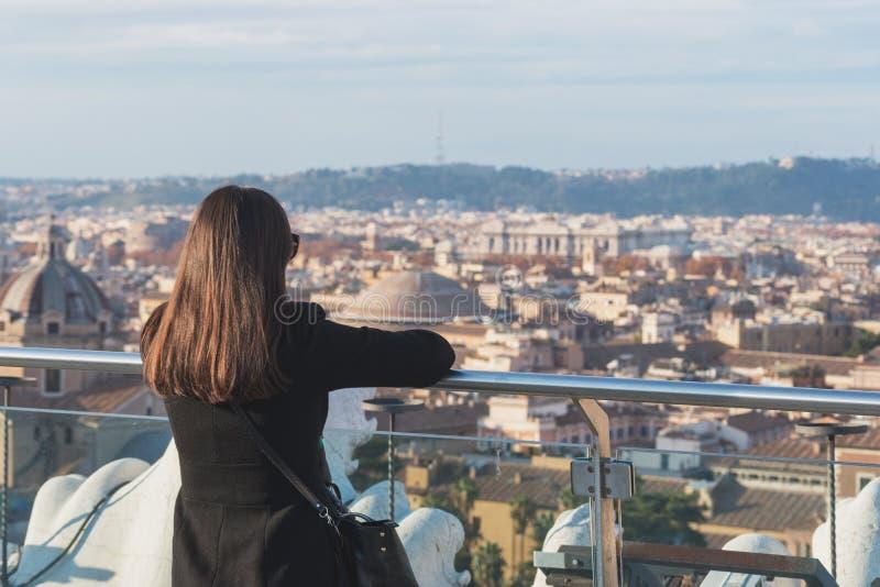 De vrouwentoerist kijkt op stad Rome stock afbeelding