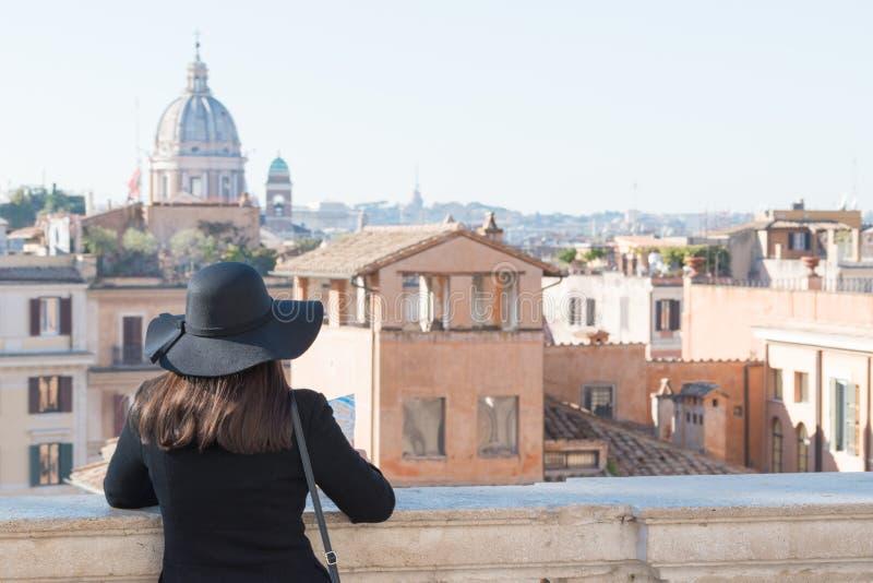De vrouwentoerist kijkt op stad Rome royalty-vrije stock afbeeldingen