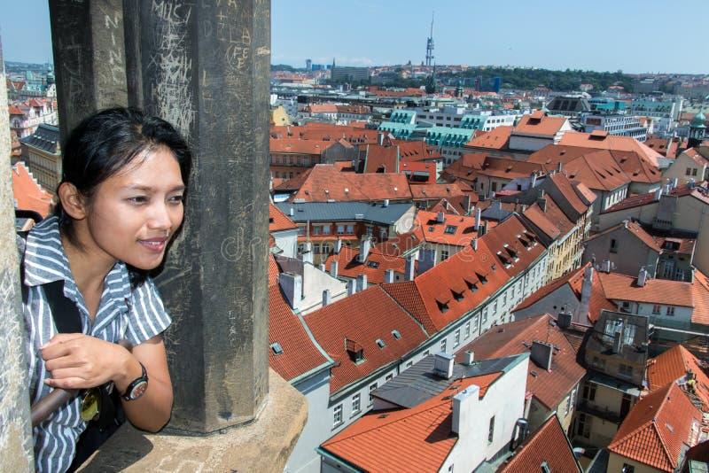 De vrouwentoerist let op het historische centrum Praag stock afbeeldingen
