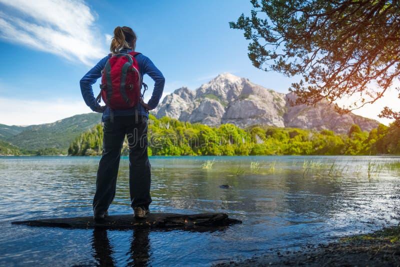 De vrouwenwandelaar geniet van mening van het meer stock foto's