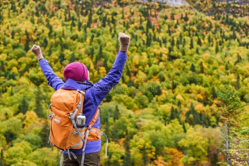 De vrouwenwandelaar van de succeswinnaar het toejuichen van geluk en vreugde op berg in de herfstaard Wandelende persoon gelukkig stock fotografie
