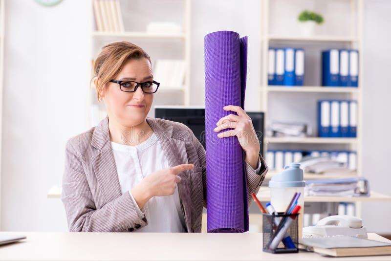 De vrouwenwerknemer die naar sporten van het werk tijdens middagpauze gaan stock foto