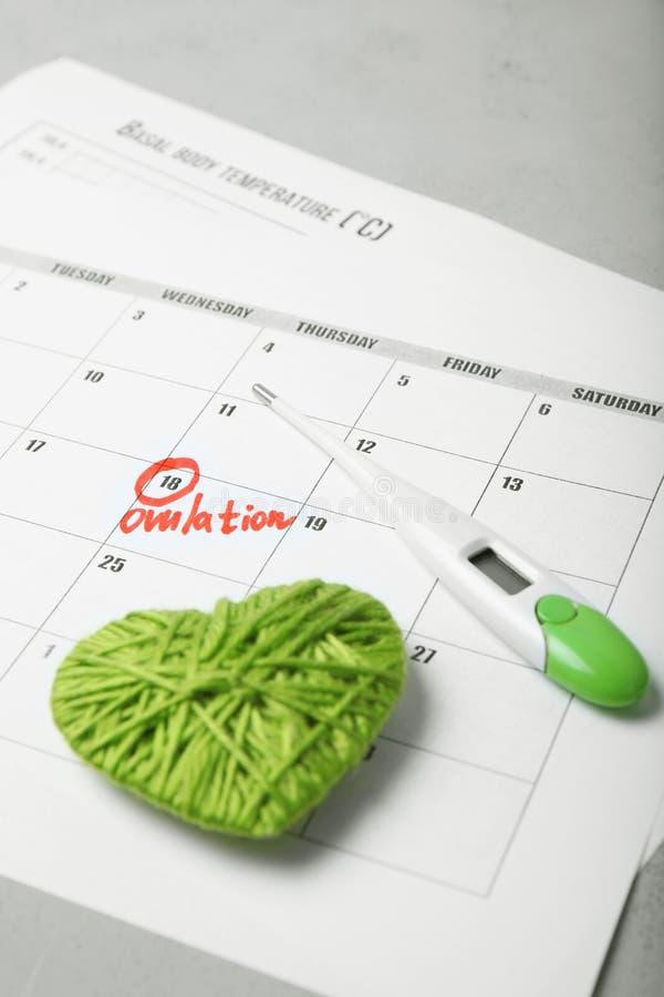 De vruchtbare dagen voor vatten en zwangerschap in kalender op De test van de onvruchtbaarheidscyclus stock afbeeldingen