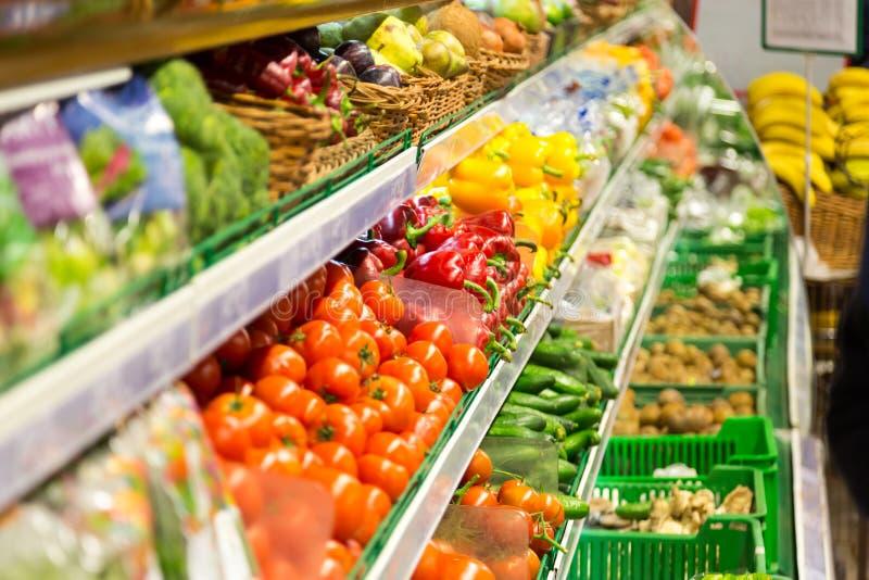De vruchten en de groenten zijn op de planken van de supermarkt Het gezonde Eten stock afbeelding