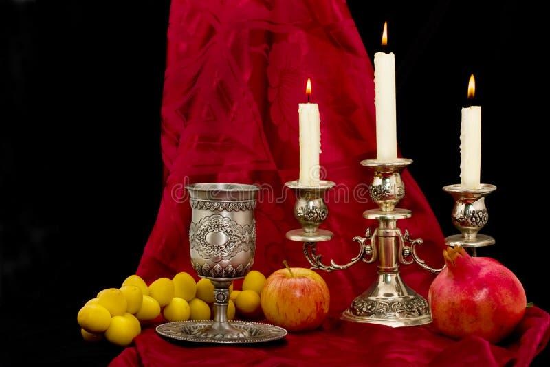 De vruchten en de kaarsen van de kop stock afbeelding
