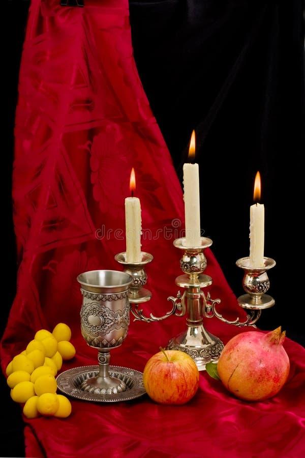 De vruchten en de kaarsen van de kop stock foto's