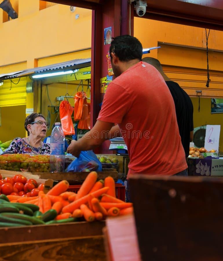 De vruchten en de groenten sluiten markt Hadera Israël royalty-vrije stock foto's