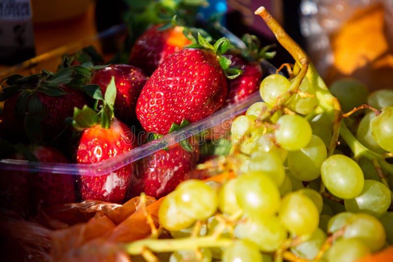 De vruchten mengen dicht omhoog gezonde voeding bij dag royalty-vrije stock afbeeldingen